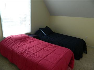 Upstairs Bedroom w/ 2 twin beds
