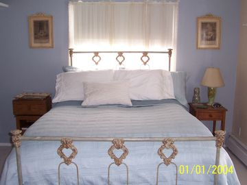 'Master bedroom' Queen size bed. Spacious and sunny