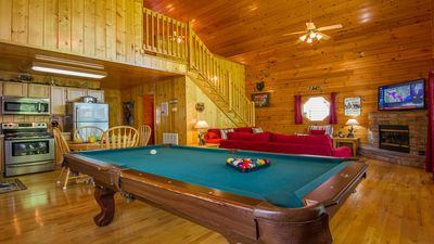 Winterfest !!! COZY LOG CABIN  ,Pet Friendly,FREE WIFI,Hot Tub,YR RD Pool,