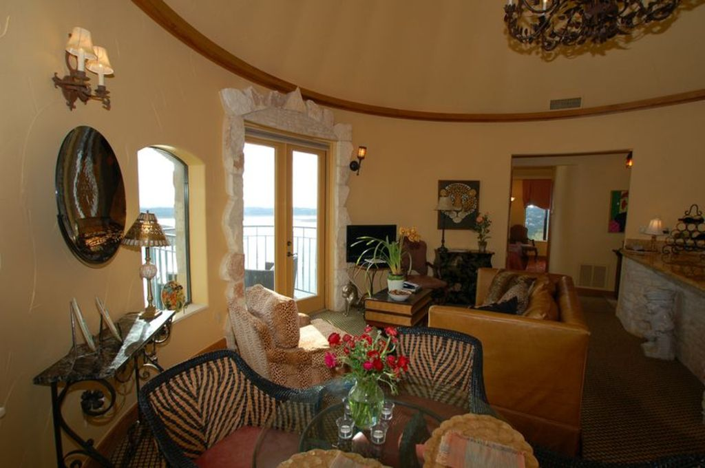 Romantic castle/winehouse ~ High above Lake Travis!
