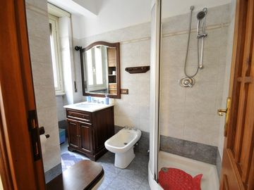 Bathroom of gaily-coloured bedroom