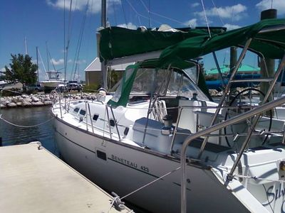 2004 42ft Beneteau. Open cockpit design w/ a long spacious deck.