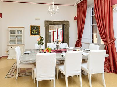 Dining room: elegant décor and tiles