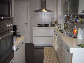 Fully equiped kitchen with eating area