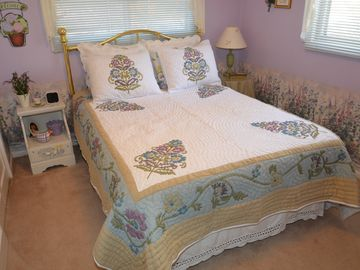 "Second bedroom, 32"" flatscreen HDTV, new bedding May 2012"