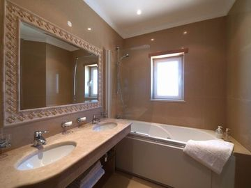 En-suite bathroom with 'Jacuzzi' bath (not Apartment Felicidade)