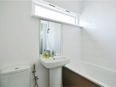 Knightsbridge apartment rental - Family Bathroom