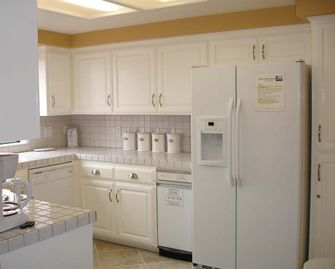 Fully furnished kitchen, dinnerware for 8, reverse osmosis plumbed to the fridge