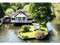 SOUTHOVER, pet friendly, with hot tub in Wroxham, Ref 904316