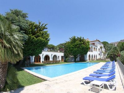 Exquisite villa with a 130 m2 pool, fitness room, pool table and near the beach