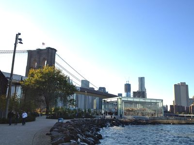 20 minutes walk to the brooklyn water front park