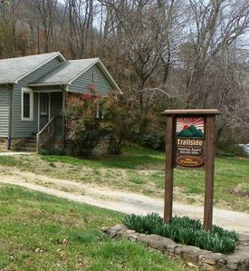 Trailside Cottage, 1940's cozy cottage, hot tub, right on the Appalachian Trail