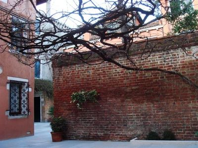 the typical Venetian courtyard when you arrive from Zattere