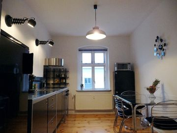 LB1: bright, spacious kitchen with dining table