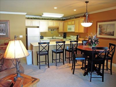 Four O'Clock Breckenridge condo rental - Dinning area & Kitchen with seating for 8 people