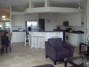 Villa White Ibis - spacious kitchen and center island