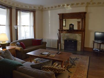 Chicago house rental - Large living area with pull out sofa