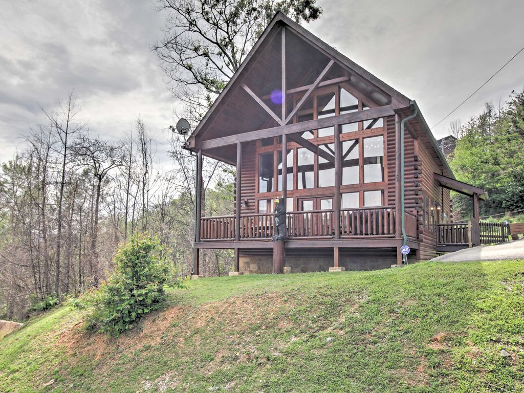 NEW! 4BR Gatlinburg Cabin w/Hot Tub & Home Theater