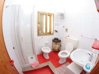 Reggio Calabria City villa photo - red bathroom