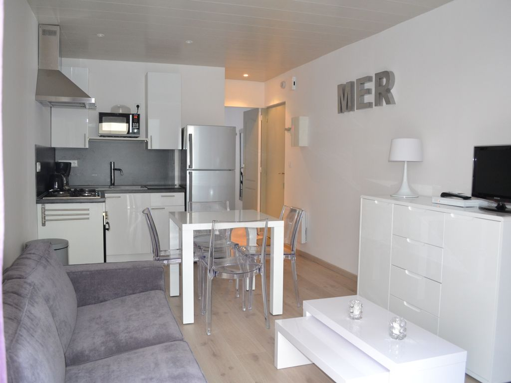 Bel apt t2 neuf de charme 50 m tres mer et du centre for Deco appartement t2