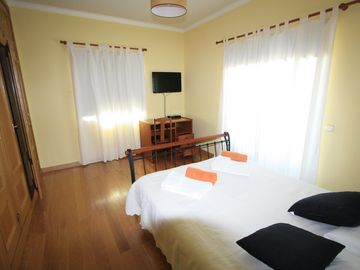 in 7 bedrooms we have :wifi,air comdicioned, tv satélite,sea view ,alarm .