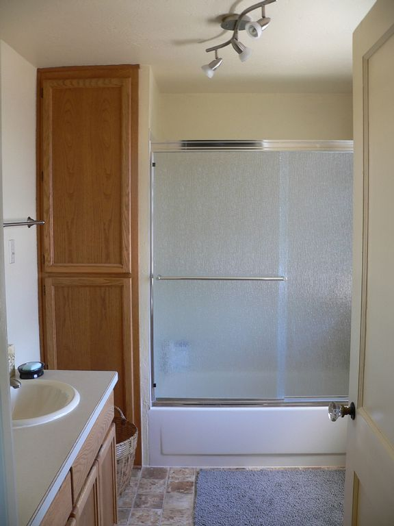 Eugene townhome rental - Spacious second floor bathroom