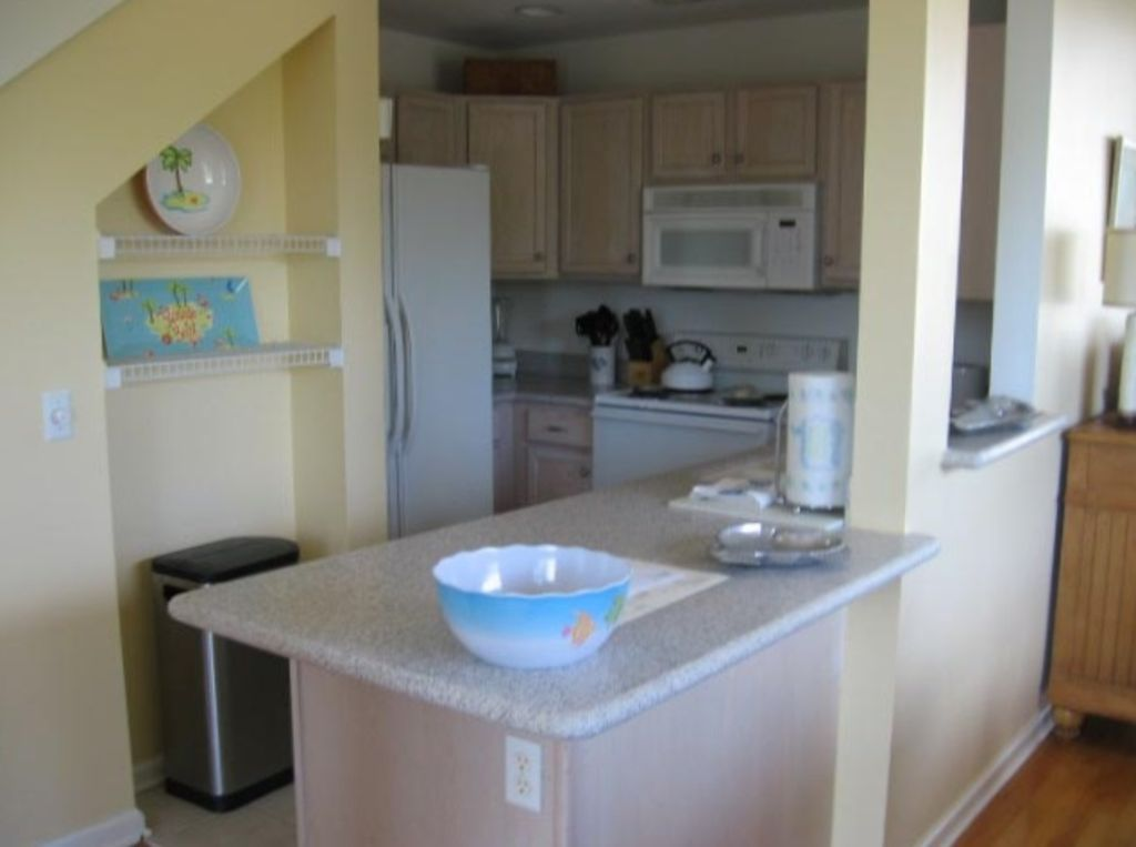 Galley kitchen, new Corian countertops, equipped for fun and easy to cook in!