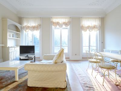UP TO 20% OFF - Grand 2 bed 2 bath apartment in desirable Kensington (Veeve)