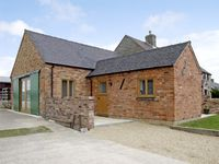 HOLLIES BARN, family friendly, with open fire in Atlow, Ref 4004