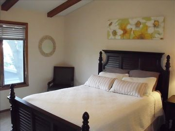 Guest bedroom-cozy Queen bed
