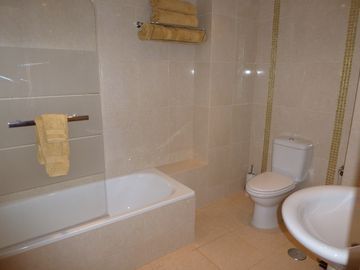En suite bathroom to double bedroom