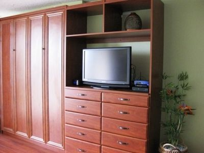 Sunrise Condo: Queen size wallbed, dresser storage, flat screen TV