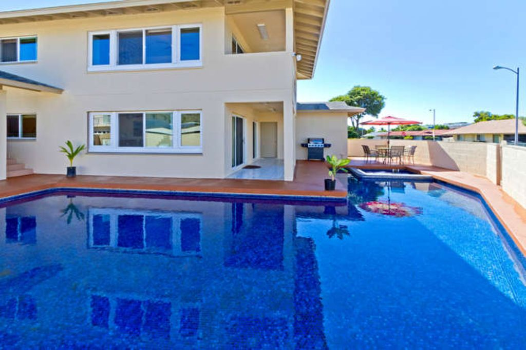 Oahu holiday house 7 bedroom home spectacular pool walk for Houses with 4 bedrooms and a pool