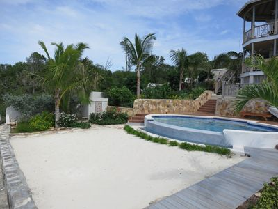 Infinity pool with small beach : great for lounging and perfect for kids to play