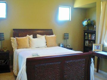 Deluxe Queen Bed in luxury Guesthouse w/desk, WIFI, SonyIPOD,Chaise lounge,40'TV