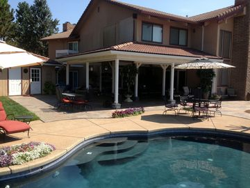 Sutter Creek house rental - Pool and outdoor dining area