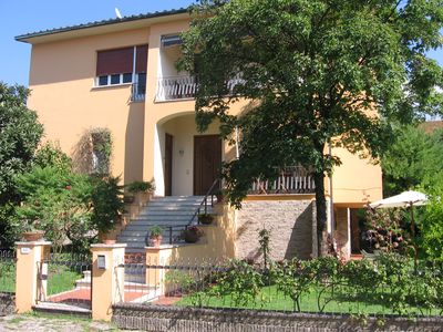 nice apartment with garden just a few steps away from the walled city center