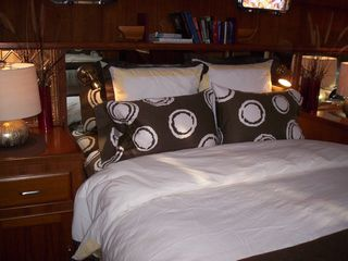 Boston yacht photo - Green Turtle II Master Suite with luxury linens