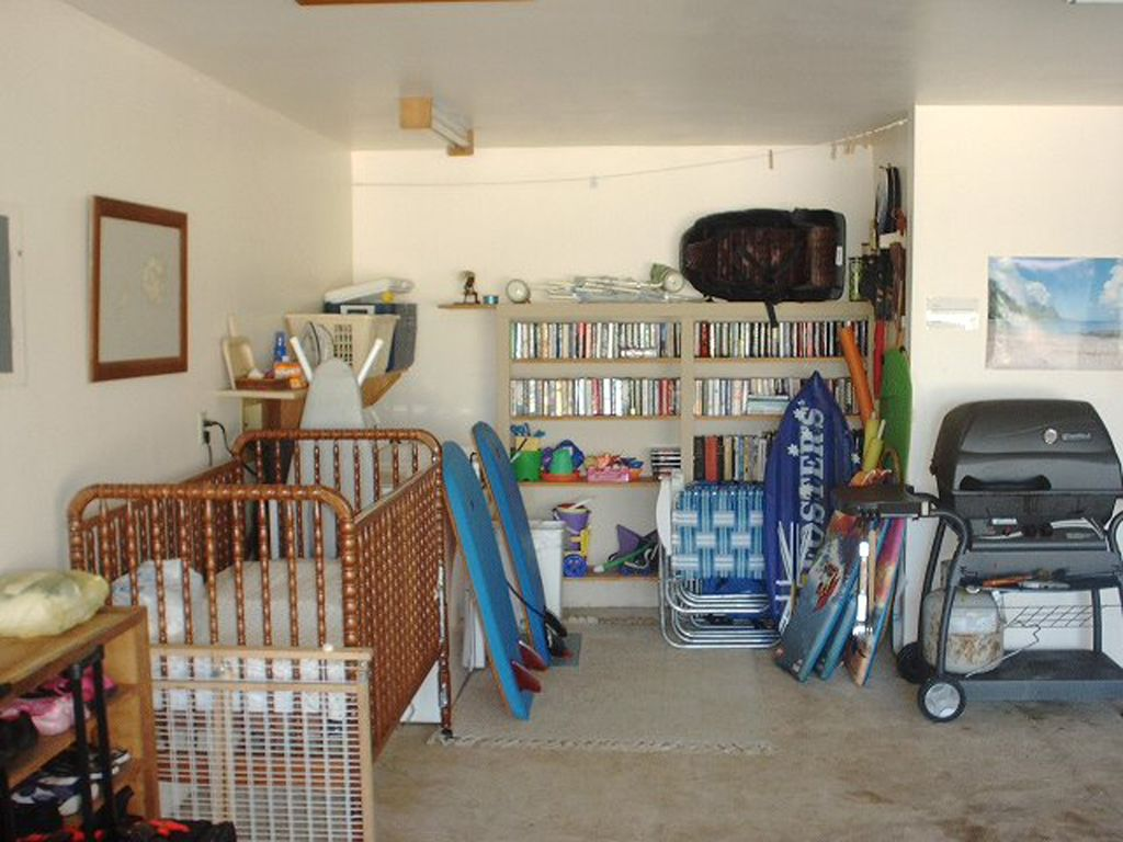 Extras in the garage. Surf/ Boogie Boards, tennis and snorkel gear, crib, grill.