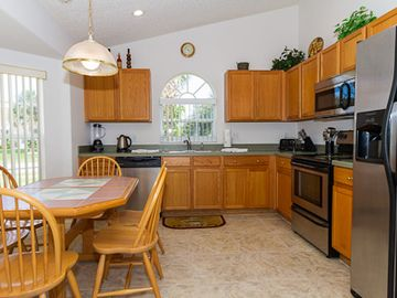 Fully equipped kitchen with breakfast table