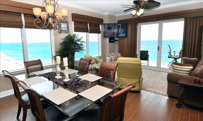 Grandview East condo rental - Living Room with a beaufiful view of gulf and large 6 chair dining table