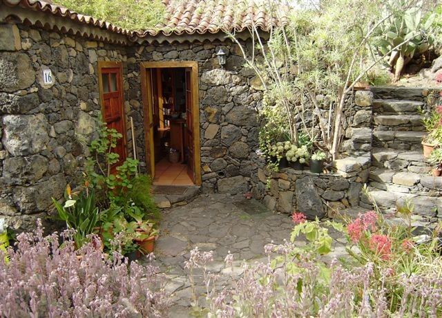 Stone house in the Canarian style, secluded location, wonderful sea and mountain views