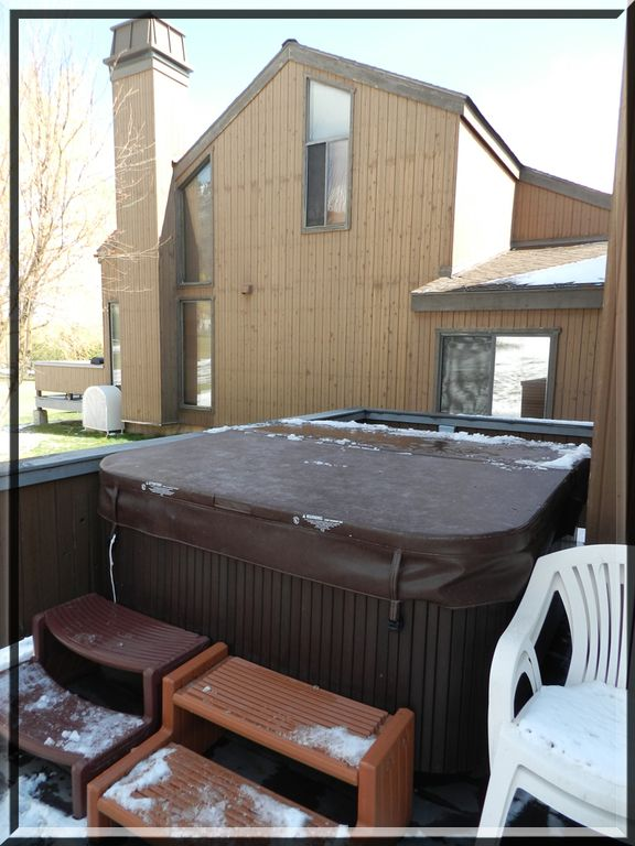Private new hot tub for 5 on deck! Watch the stars, enjoy your drink, relax!
