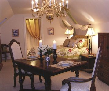 The relaxing main room at Vineyard Gourmet Carriage House Bed and Breakfast