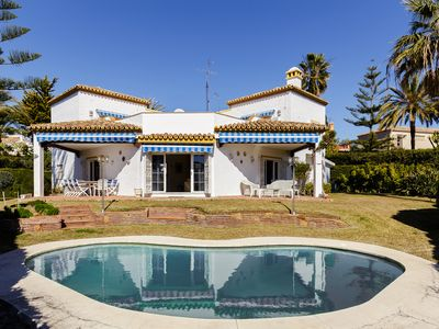 6 bedroom villa with a pool close to the Marina can accomodate 12 people