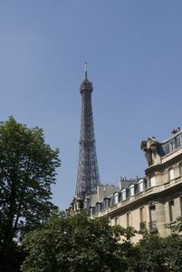 Convenient and recently renovated - KING and QUEEN  size  beds - Eiffel Tower