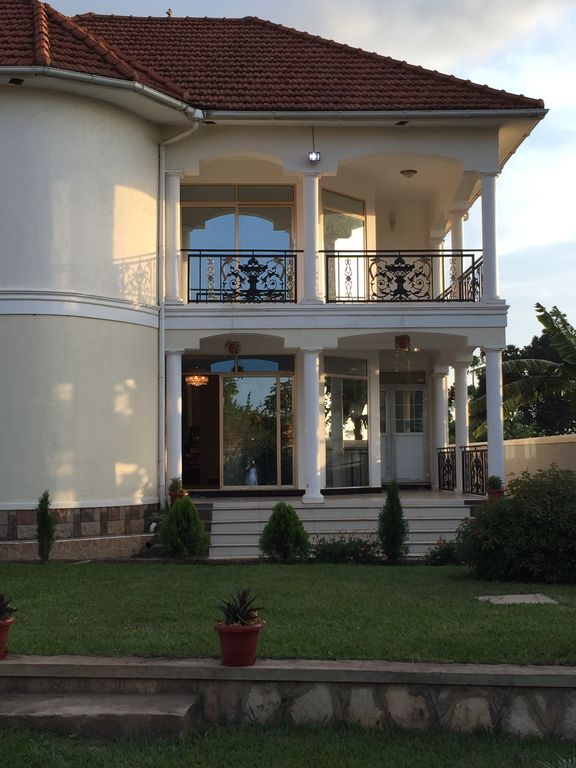 Beautiful two-level, fully furnished 4 bedroom house with WiFi