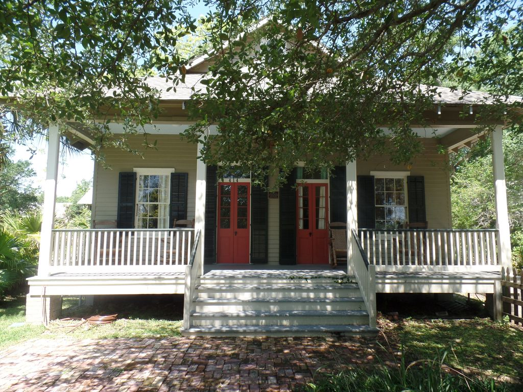 Historical register creole cottage luxury homeaway for Cajun cottages