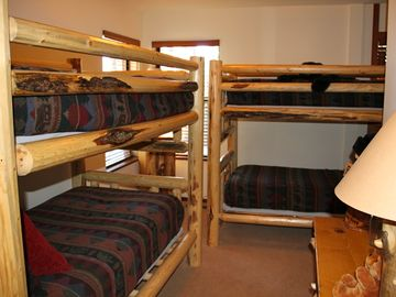 Bear Cave: 2 twin sized bunk beds, private bathroom w tub/shower