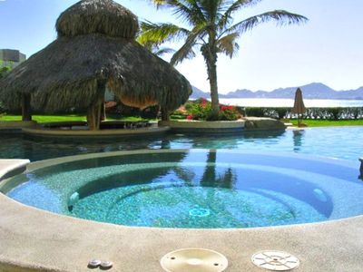 Jacuzzi with swim-up bar at Misiones del Cabo Infinity pool.